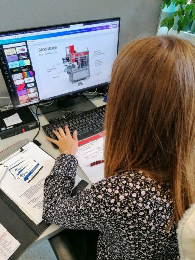 Mitarbeiterin aus dem Marketing der S.A.I. Schweiger GmbH erstellt Produktpräsentation