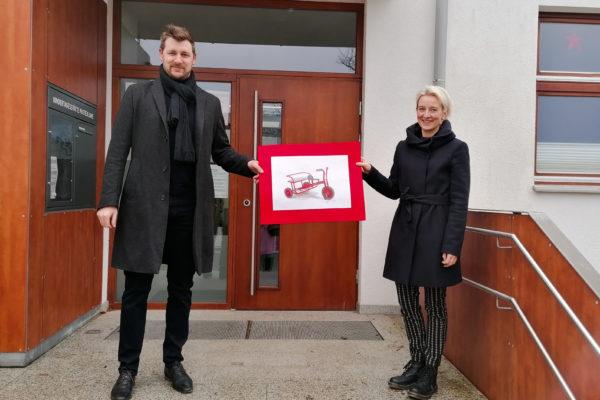 Geschäftsführer Andreas Schweiger vor der Kita in Oberschneiding bei Übergabe einer Spende