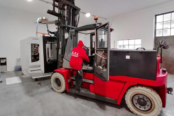 Lieferung einer CNC-Fräsmaschine mit Gabelstapler